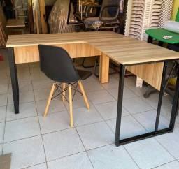 Mesa em L estilo industrial