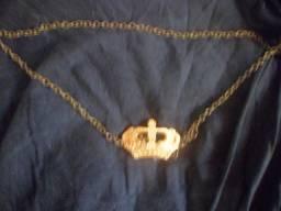 Blusinha Marca Flor Linda aberta nas costas com corrente pingente coroa dourada.