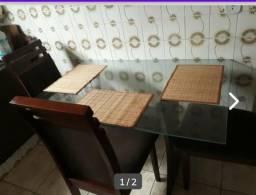 Mesa com tampao de vidro + cadeiras almofadadas