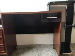Escrivaninha com gaveta e prateleira