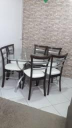 Mesa de vidro com seis cadeiras