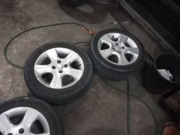 Título do anúncio: Vende-se ou troca jogo de roda 15 com pneus novos