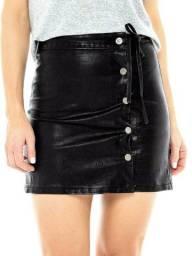 Saia em couro fake, com fechamento em botões, veste o tamanho P (36)