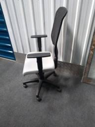Título do anúncio: Cadeira couro presidente. C rodinha, c regulagem no encosto, assento e braço. Semi nova
