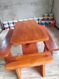 Mesas rústicas em