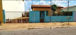 Vende-se uma casa em Várzea Grande.