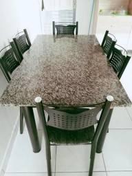 Vende se uma mesa com seis cadeiras