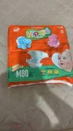 Título do anúncio: vendo ou troco fraldas hipopo mega pacotão tamanho M.