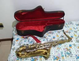 Saxofone tenor marca weril em estado de novo e com boquilha importada valor: 2.800,00