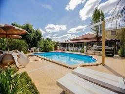 Casa com 03 quartos com 01 suíte, sala, cozinha, DCE, 04 banheiros, piscina e garagem no O