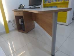 Título do anúncio: Mesa de escritório. Madeira. C 1 gaveta e 1 gabinete.