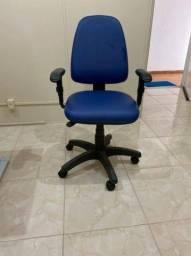 Título do anúncio: Vendo cadeira de escritório nunca usada, cor azul, braços reguláveis e encosto alto.