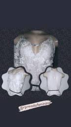 Blusas sofisticadas em tecido especial e detalhe em strass