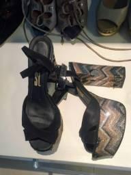 Sapato de salto alto preto Santa Lolla