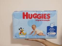 Título do anúncio: Fralda huggies  Tamanho M e G.