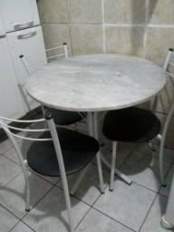 Título do anúncio: Mesa com 4 cadeiras bem conservada