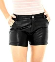 Short feminino em couro fake, com bolso veste o tamanho 36/38