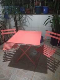 Conjunto de mesa com duas cadeiras