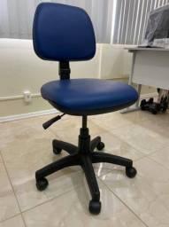 Título do anúncio: Vendo cadeira de escritório extremamente nova, na cor azul com altura regulável.