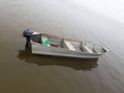 Barco lancha de alumínio e motor de poupa.
