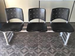 Vendo cadeira de três lugares para recepções no geral