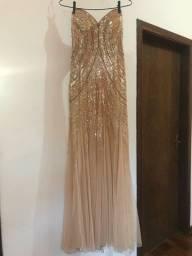 Vestido de festa modelo sereia, com pedraria e tule, dourado