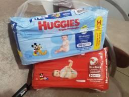 Título do anúncio: 2 pacotões de fraldas M da Huggies