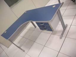 Mesa em L com 3 gavetas