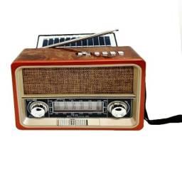Título do anúncio: Rádio com aparência antiga, porem é bem moderno. Tem placa solar!! R$ 130,00