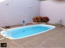 Casa linear alto padrão, com 04 quartos amplos, fino acabamento, planejados, piscina