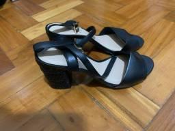 Título do anúncio: Vendo sandália de couro Arezzo 3