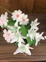 Arranjo de flores artificiais com folhagens