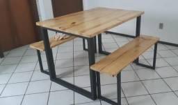 Mesa estilo industrial com 2 bancos em aço e madeira-blumenau