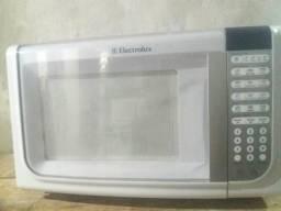 Forno de microondas da Electrolux 31 litros. branco com relogio.super novo