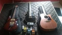Guitarra, violão e pedais.