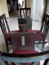 Mesa de vidro com quatro cadeiras