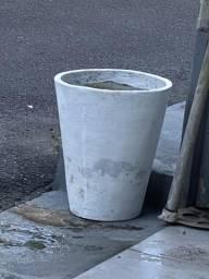 Vasos e cimento para planta