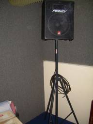 Caixa Acústica Peavey de 80 W com pedestal e cabo.