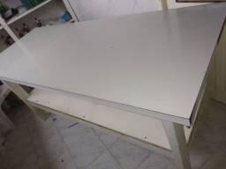 Mesa de madeira maçica forrada em fórmica branca