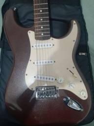 Título do anúncio: Troco guitarra Squier Fender Stratocaster Califórnia series