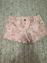 Short rosa florido de cintura baixa