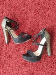 Sandália de salto alto preta e com brilho
