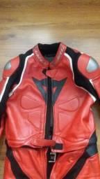 Macacão de moto esportiva Dainese importado.