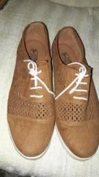 Sapato tipo Oxford em camurça