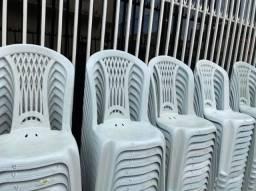 Título do anúncio: Tenho cadeira nova de plástica cor branca no atacado pra bares