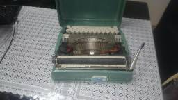Vendo ou troco .Maquina de datilografia antiga