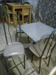 Mesa de 4 cadeiras mas camas box disponível aqui