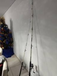 Duas varas de pesca com molinete $150