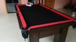 Mesa com 4 Pés Laterais Cor Tabaco Tecido Preto e Borda Vermelha Mod. BMUM2300