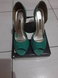 Sandália verde, em couro legítimo,  tam 38